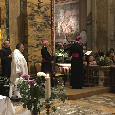Mgr Habert et Mgr Boulanger (Bayeux-Lisieux) ont pris tour à tour la parole ; à gauche, en aube et étole blanche, le P. François Bousquet, recteur de saint Louis
