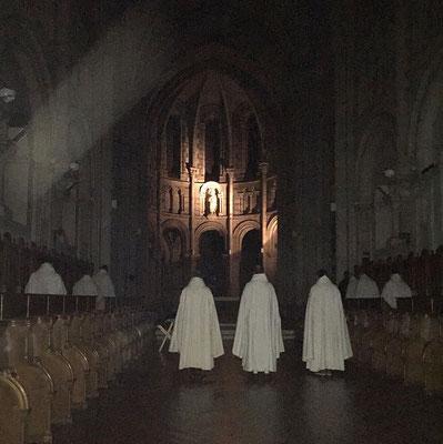 A la Trappe, dans l'abbatiale, aux Complies, lors du Salve Regina