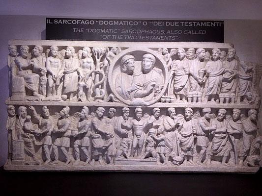 """Arrêt devant un splendide sarcophage dit """"dogmatique"""" avec des scènes de l'Ancien et du Nouveau Testament"""
