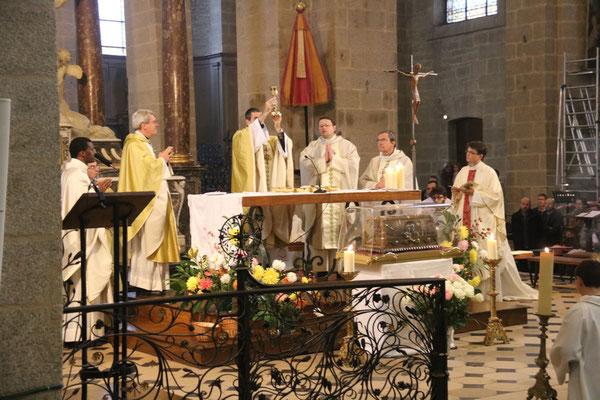 A l'autel, on reconnaît Mgr Benoit-Gonnin, Mgr Habert levant le calice, P. Jean-Marie Simar, P. Gicquel des Touches curé de la paroisse Notre-Dame