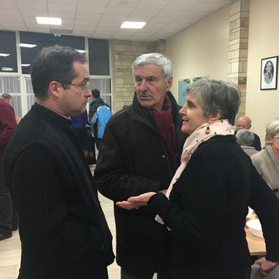 beaucoup ont profité de la conférence pour saluer don Paul (M. et Mme Chesnel)