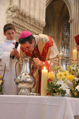 ... puis souffle (l'Esprit-Saint !!) sur le chrême qu'il va consacrer
