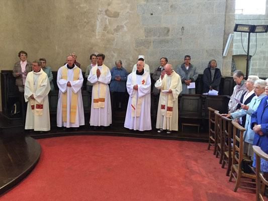 Une partie des célébrants : Mgr Louis, Dom Guerric père abbé de la Trappe, P. Bozo, Frère Luc de la Trappe et le frère Claude (missionnaire des campagnes)