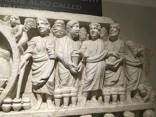 Et enfin une autre scène du Nouveau Testament : Cana : Jésus désigne aux serviteurs l'eau qui sera changée en vin. Plus à droite encore la multiplication des pains