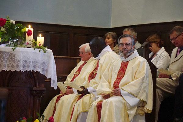 A la messe, les PP. Thierry Hénault-Morel, Emmanuel Haba et André Cousin