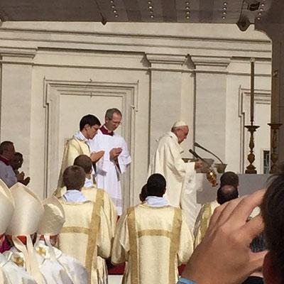 Le saint Père, à l'offertoire, encense longuement l'autel