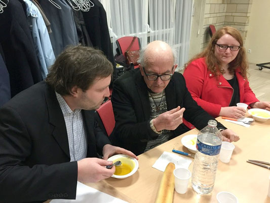 Guillaume en grande conversation avec le P. Boitard, Cécile à côté.