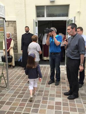 le bénédicité (le prêtre en soutane est Don Martin, prêtre de la communauté saint Martin)