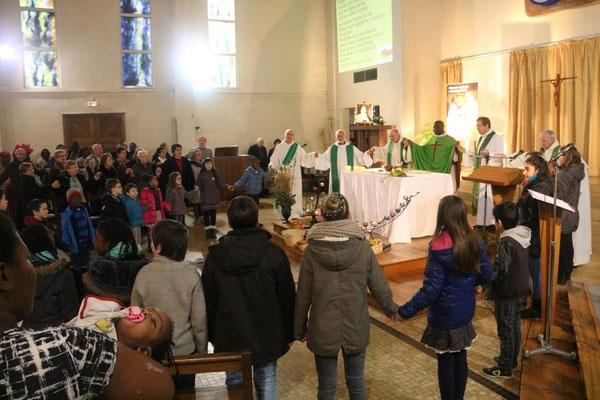 """Les enfants autour de l'autel et tous les fidèles étaient invités à se donner la main pendant le """"Notre Père"""""""