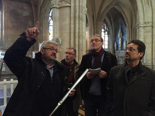 M. Semenoux, maître d'oeuvre de la restauration, tient en main l'un des 3 142 tuyaux