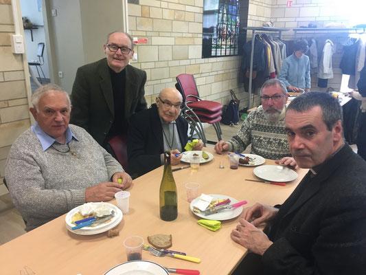 Le P. Roland Jacques (à gauche) fit une belle conférence la veille sur la vie du P. Denis, accompagné du P. Yvon Lhénoret, propre cousin germain d'un des martyrs ; debout, Gilles Vauloup, grand artisan infatigable de ces deux jours