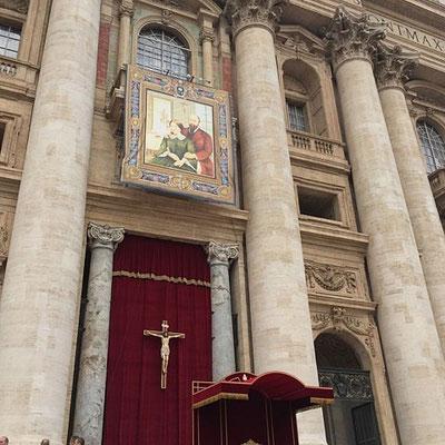Le magnifique portrait de Louis et Zélie qui décorait la façade de saint pierre ; celui-ci a une histoire tout à fait étonnante. Il a été composé à la craie sur le trottoir d'une rue de Rome par un artiste inconnu