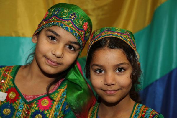 Deux petits afghanes en costumes du pays. Pour la petite histoire : c'est presque tout ce qu'ils ont réussi à emporter comme souvenir du pays en partant précipitamment de leur pays