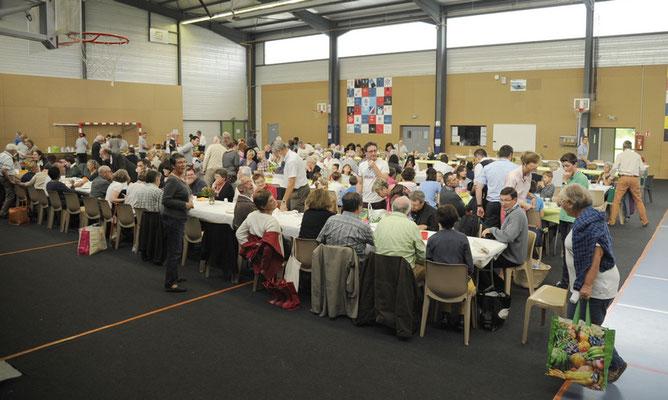 Déjeuner partagé dans le gymnase de l'ensemble scolaire St François