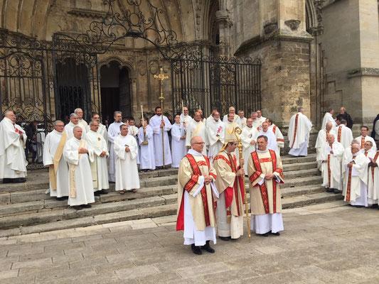 Derrière eux, les autres diacres permanents du diocèse