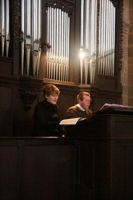 ou chante avec P. Stéphane Cailliaux, lui-même organiste pour l'occasion