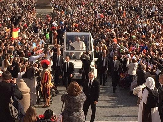 Après la messe, le pape François salue la foule de la papamobile