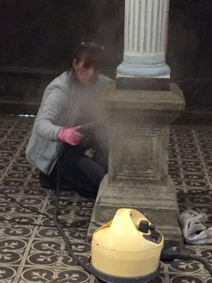 Céline Daldosso, épouse de Jean le facteur, nettoie le socle d'un des piliers de l'orgue au karcher.