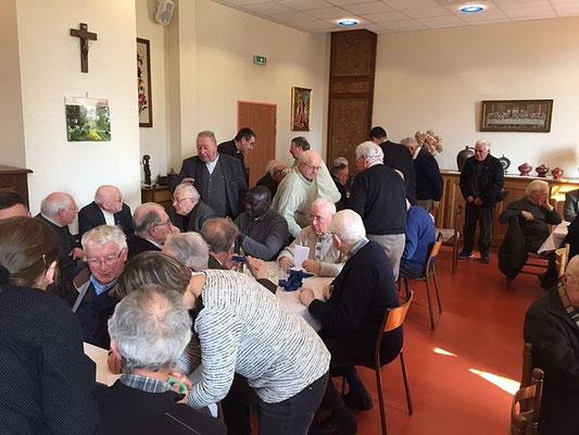 Déjeuner à la Miséricorde. Debout, à gauche P. Etienne Leroux. Au fond debout un autre Leroux, le P. Maurice Leroux