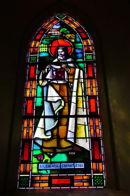 Vitrail de sainte Thérèse dans l'église de Semallé. L'auteur en est Paul Bony.