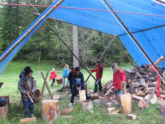 Holz spalten fürs Tipi-Feuer