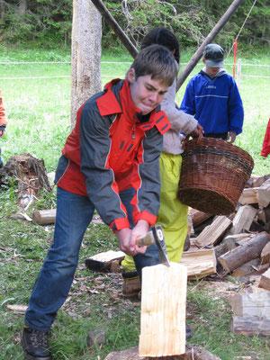 Voller Einsatz beim Holz spalten