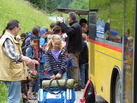 Ankunft des Postautos in der Reusch
