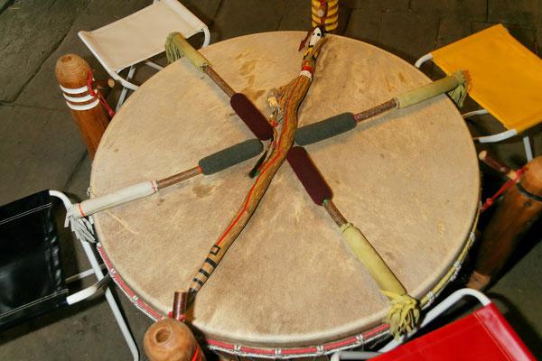 Die PowWow-Trommel und der Sprechstab erwartet die Kinder