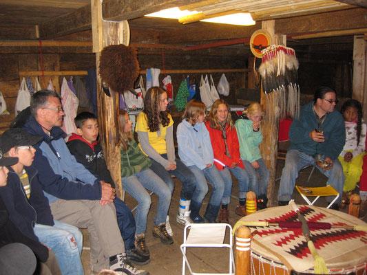 Die aufmerksamen Zuhörer beim Erdrad-Teaching