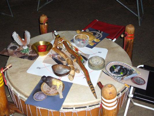 Alle schamanischen Werkzeuge und die Sprechgstäbe auf der Trommel vereint