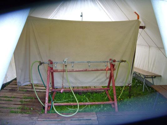 """Das """"Badezimmer"""" im Zelt"""