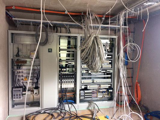 Viele Kabel für die Elektriker Lukas und Lukas