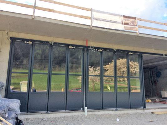 Die neuen Tore werden eingebaut