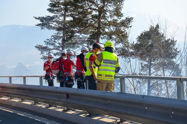 Unterstützung der Bergrettrung für Sicherung der Feuerwehrleute