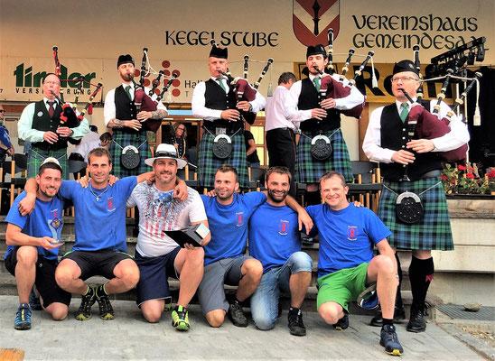 Die Sieger der Highland-Games mit den Dudelsackspielern
