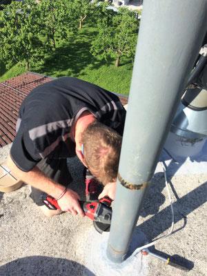 Martin beim Abbau der Sirene am alten Gerätehaus