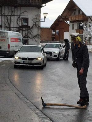 Die Polizei entfernt verloren gegangenses Werkzeug von der Fahrbahn