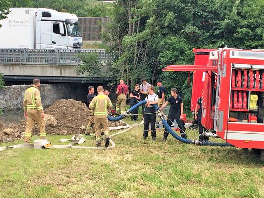 Hier die Feuerwehr Volders beim Versuch die Unterführung auszupumpen