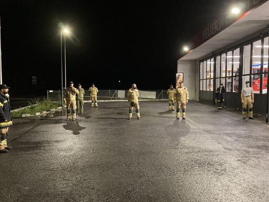 Einsatzbesprechung coronabedingt im Freien mit ausreichend Sicherheitsabstand