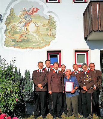 Gruppenfoto mit den Geehrten Hermann und Flor vor dem Haus der Reichlers