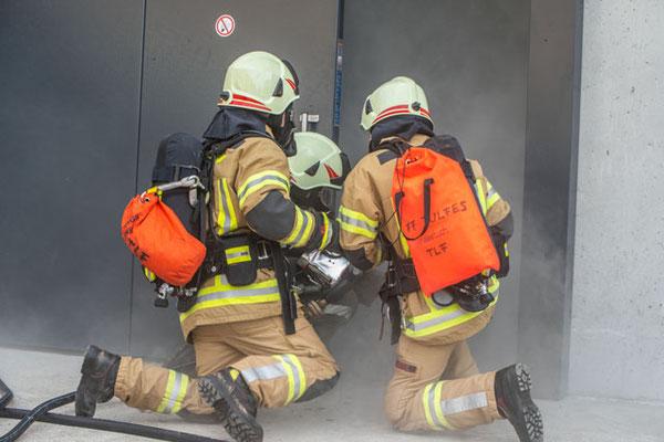 Atemschutztrupp bei der Türöffnung