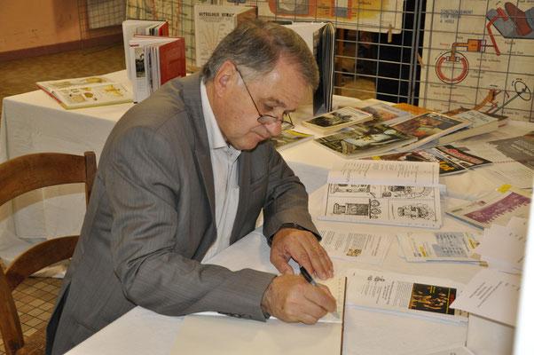 Signature du livre d'Or par Monsieur le maire de Pradines