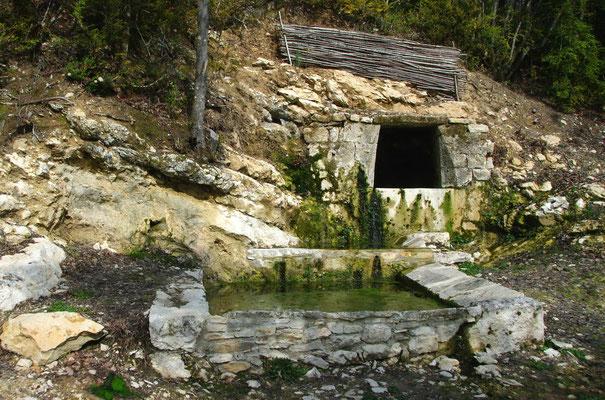 Fontaine et lavoir du Garric N° 14 - Long : 1°22'18.4'' E- Latit :44°26'13.4''  N