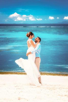 Brautpaar auf den Seychellen am Stand
