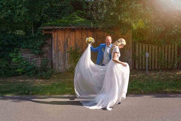 Brautpaar auf der Strasse