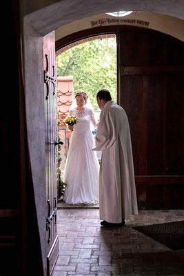 Braut betritt die Kirche und wird vom Pfarrer Begrüßt