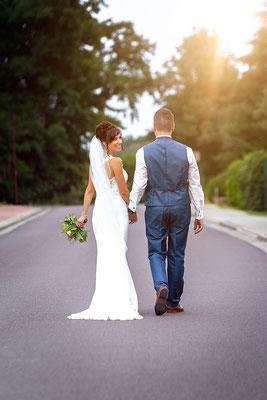 ein Brautpaar läuft die Strasse entlang