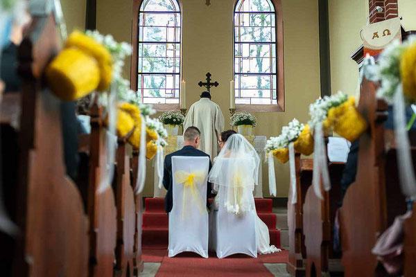 Brautpaar und Pfarrer in der Kirche