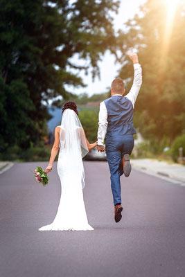 der Bräutigam springt vor Freude in die Luft