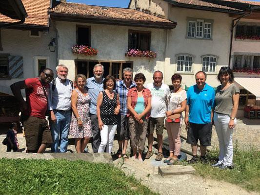 Reisegruppe im historischen Städchen Greyerz